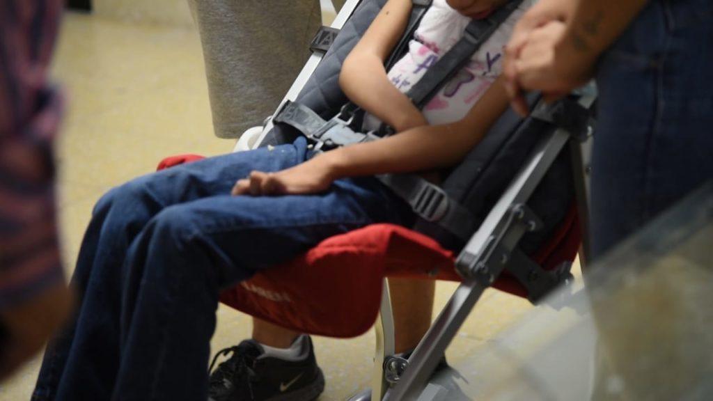 La silla postural de traslado, permitirá a la mamá trasladarla de una manera más cómoda y segura